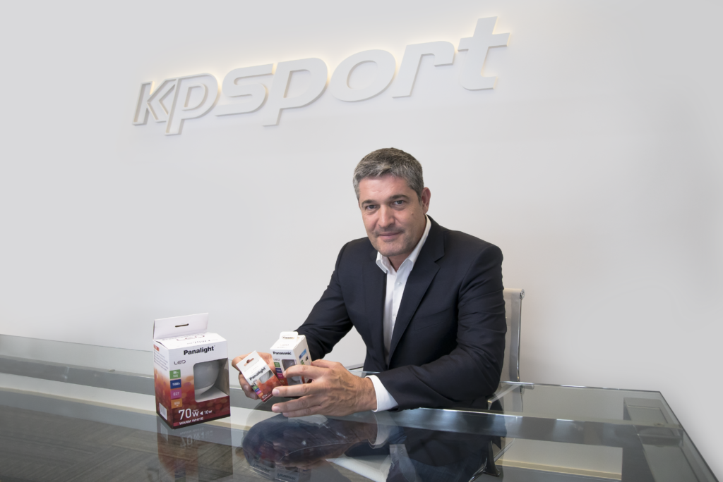 Xavier Meseguer, CEO de KPSport, mostrando los productos de Panasonic/Panalight Led Lighting